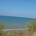 Волны на пляже возле курортного поселка