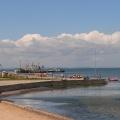 Вид на пляж на берегу Таманского залива Черного моря